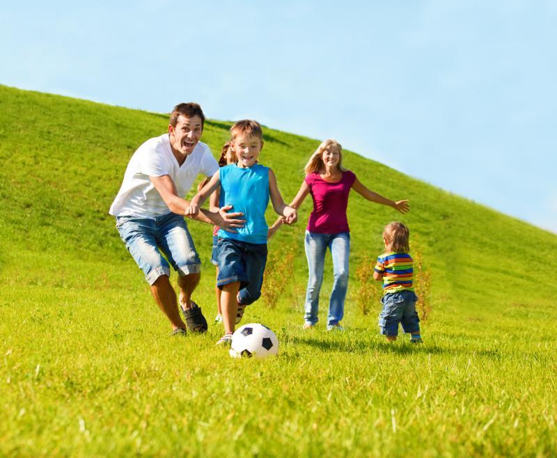 Vill du lära dig mer om korset tillsammans med din familj? Då är årets familjeläger något för dig. Dessutom har vi fokus på hälsa. Det kommer att vara träning, god mat, barnmöten, utmaningar, sång, föräldrakurs, lägerbål och mycket mer. Hur din familj än ser ut så är ni mycket välkomna. Kom ihåg att anmäla snabbt så att ni får en plats!