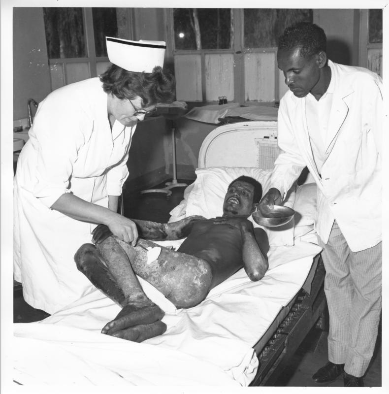 Sjuksköterskan Margot Spånghagen behandlar en man som fått svåra brännskador och som vandrat under sex timmar för att komma till sjukhuset. Han sa att en fiende tänt eld på hans hus. Debre Tabor, Etiopien, 1967. Foto: Paul Sundqvist.