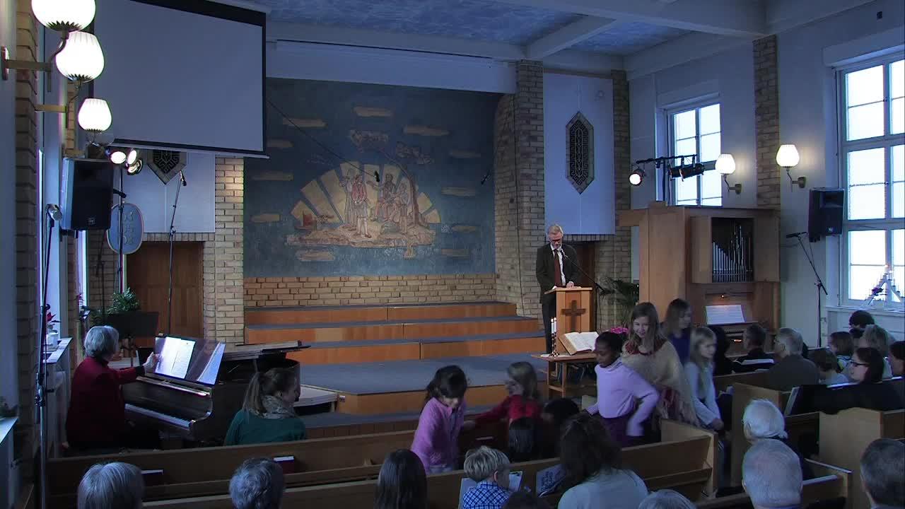 Rainer Refsbäck talar om Jesus intåg i Jerusalem som visar på att Gud kommer till sitt folk, både förr, nu och i framtiden. Hans besök är befrielse från ondska, lidande och sorg.