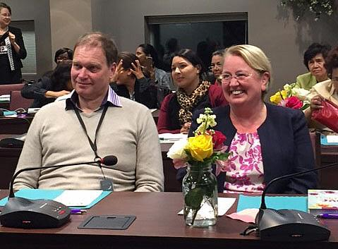 Lars bredvid hustrun Audrey när hon överraskad mottog utmärkelsen årets framstående adventistkvinna 2016 under Generalkonferensens årsmöte, den 11 oktober. Foto: tedNEWS