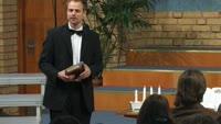 Hur skall det gå när Musiklärarinnan blir dödssjuk precis innan skolans Julkonsert skall framföras, med Händels svåra Hallelujah kör som huvudnummer?