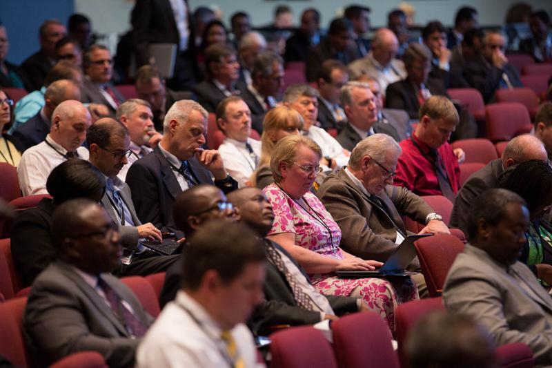 TED:s delegater fokuserar under Generalkonferensstyrelsens debatt under årsmötet. [Foto Brent Hardinge / ANN]